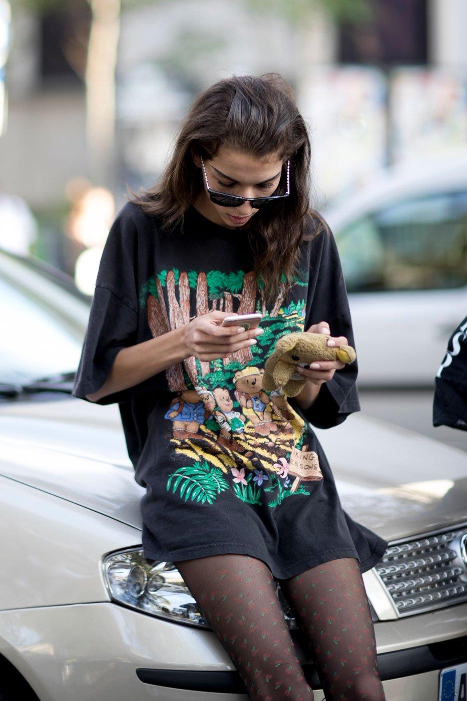 Street style: modelki podczas tygodnia mody w Paryżu wiosna-lato 2017