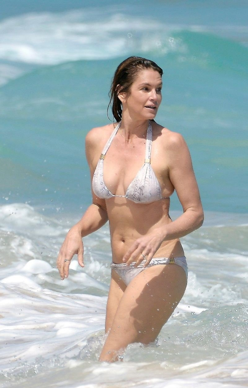 Hot or not: 51-letnia Cindy Crawford w bikini [SONDA]