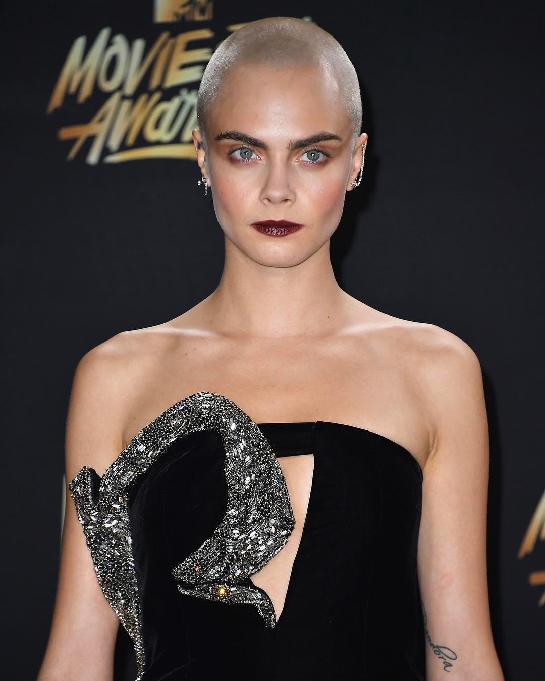 Hot or not: Cara Delevingne łysa i z tatuażem na głowie [SONDA]
