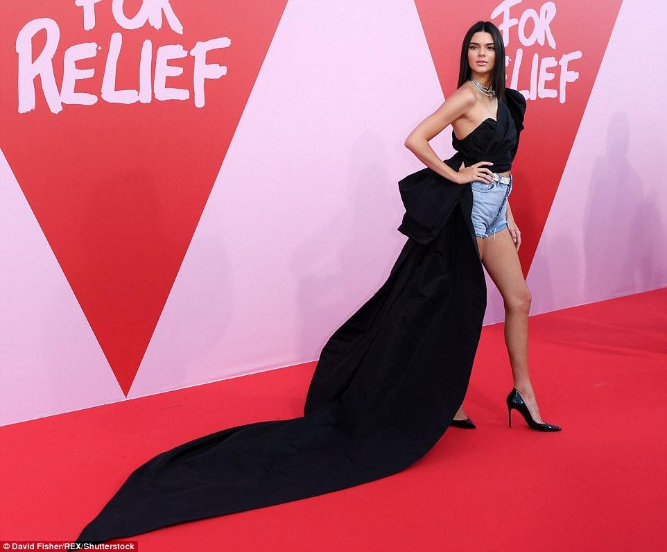 Hot or not: Kendall Jenner w dżinsowych szortach na czerwonym dywanie w Cannes [SONDA]