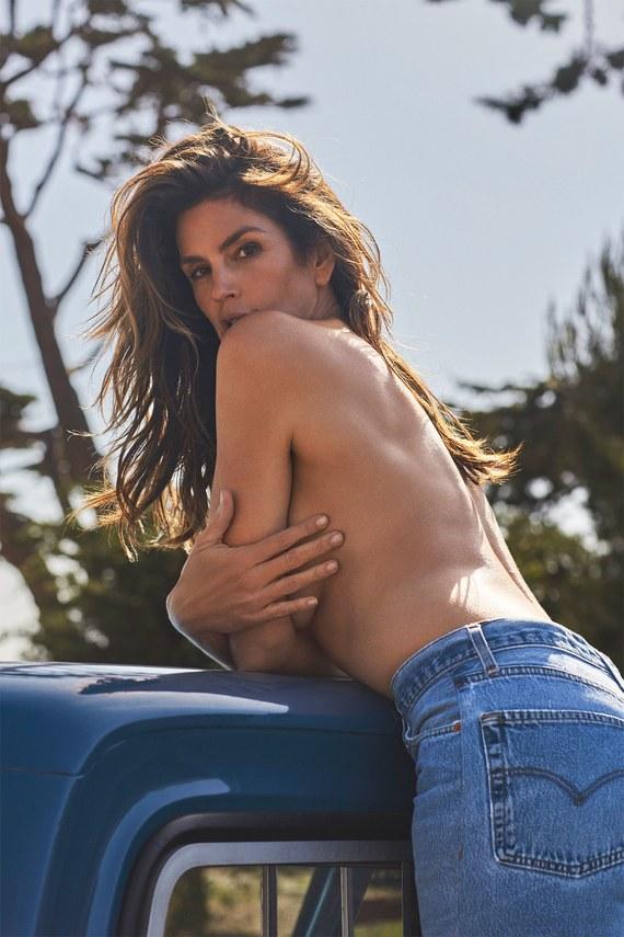 Cindy Crawford zaprojektowała dżinsy w stylu lat 90. i pozuje w nich topless!