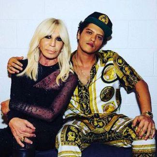 """Donatella Versace i jej modelki (w tym Polka!) """"śpiewają"""" dla Bruno Marsa [WIDEO]"""