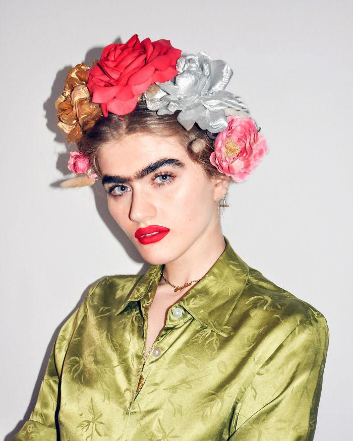 Modelka ze zrośniętymi brwiami robi furorę w sieci. Co o niej myślisz? [SONDA]
