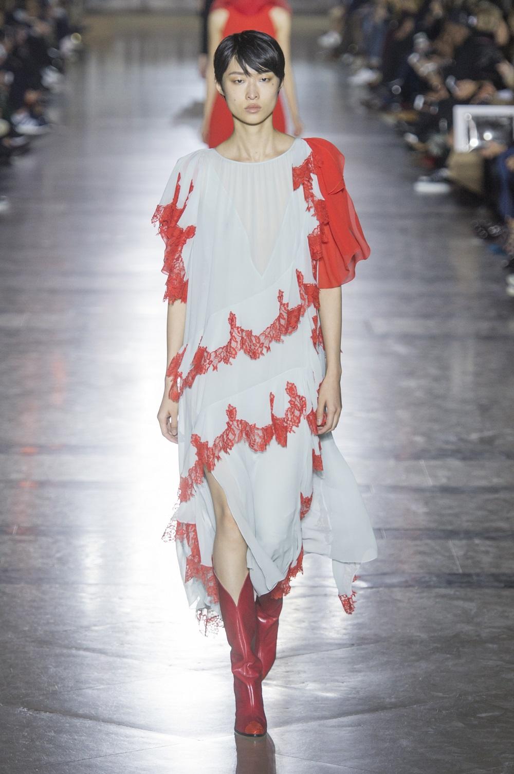 Kochamy to!: czerwone buty z debiutanckiej kolekcji Clare Waight Keller dla Givenchy