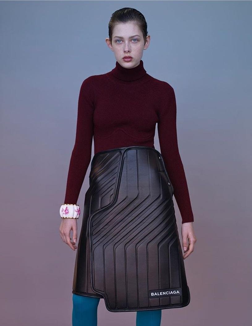 Spódnica Balenciagi kosztuje 1700 funtów i wygląda jak… wycieraczka. Internet wrze