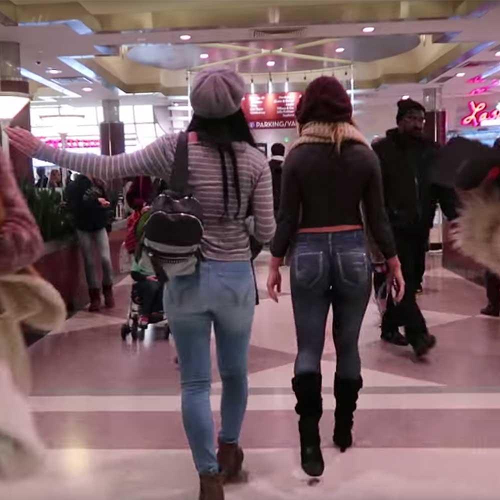Namalowali na jej ciele spodnie i bluzkę. Jakie reakcje wywołała na ulicy?