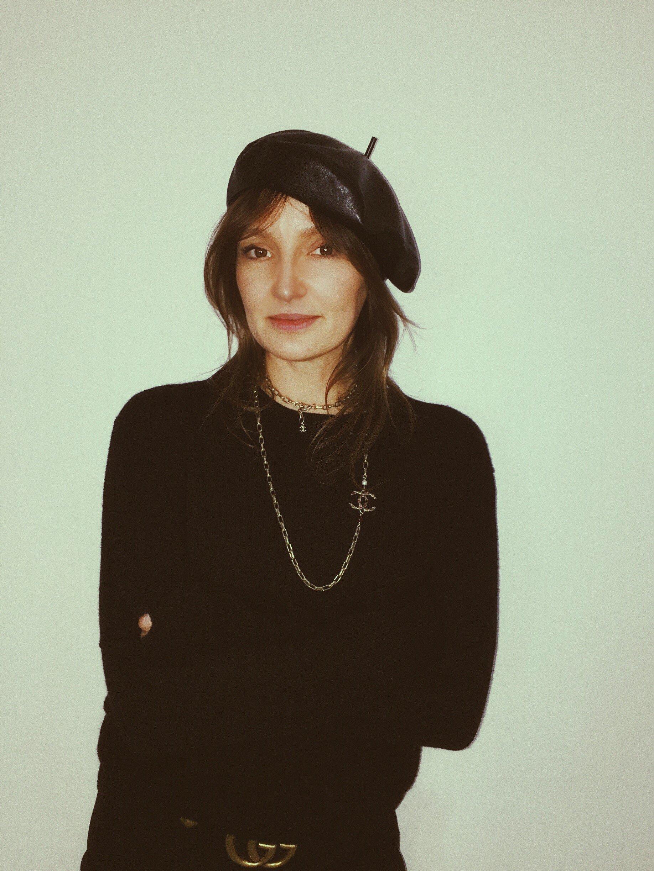 Kochamy ten look: Agnieszka Ścibior w berecie Black & White Bazaar