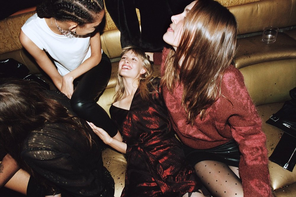 Pochwała przyjaźni i spontaniczności w świątecznej kampanii AllSaints