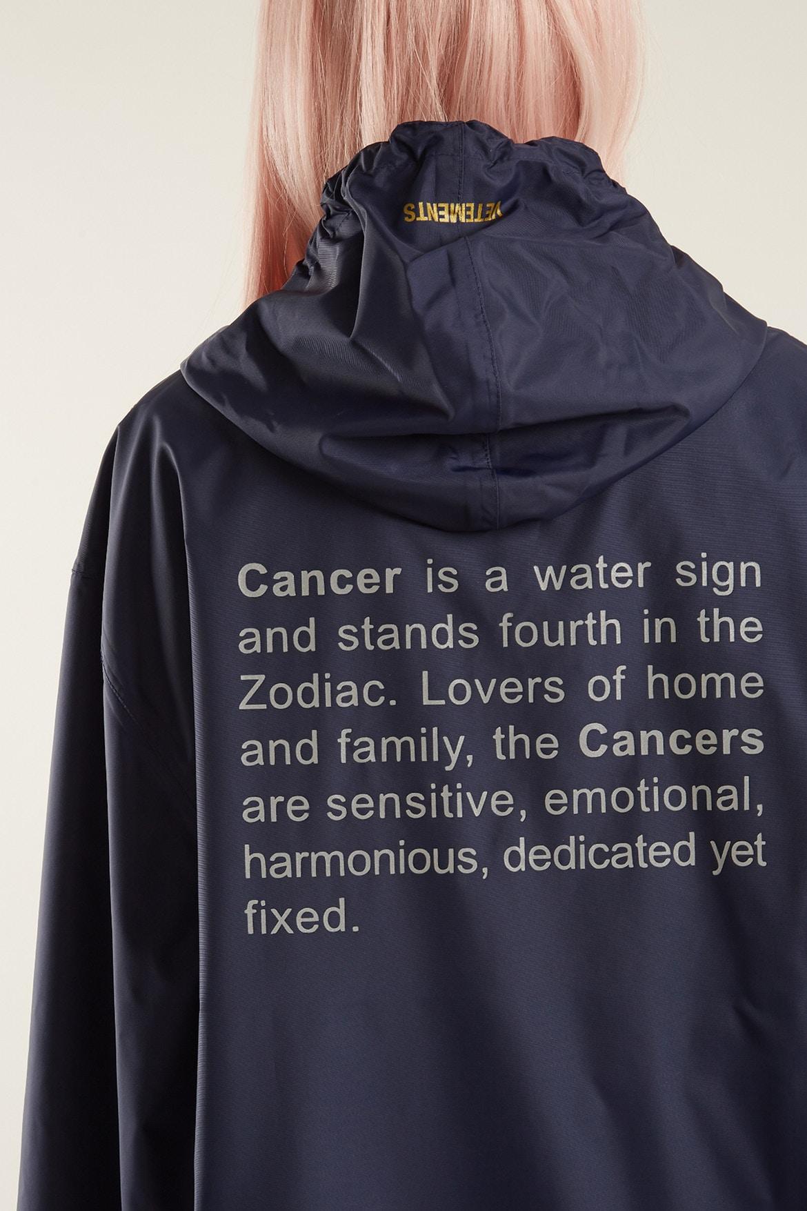 Horoskopowe płaszcze od Vetements