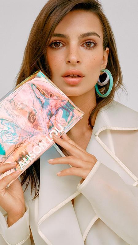 Piękna Emily Ratajkoski w kampanii biżuterii Alison Lou!